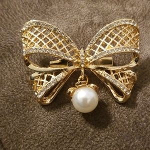 Gorgeous bow brooch w/h dangle pearl  and Diamonds